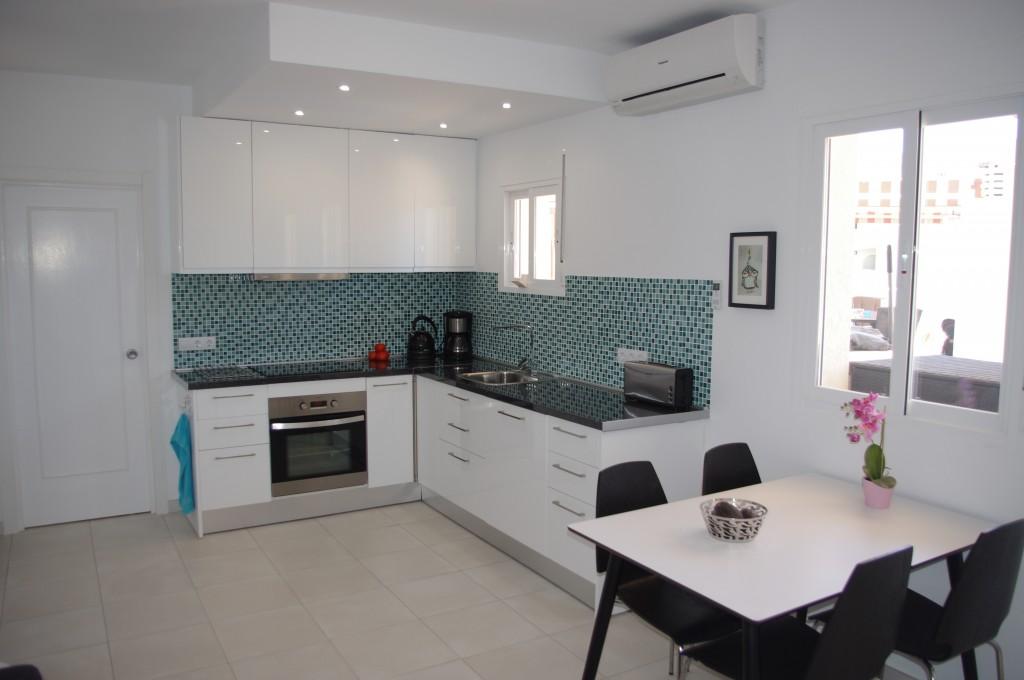 Fuldt udstyret køkken med spiseplads