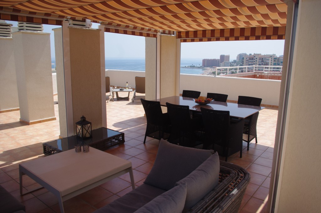 Overdækket spiseplads med loungesofa
