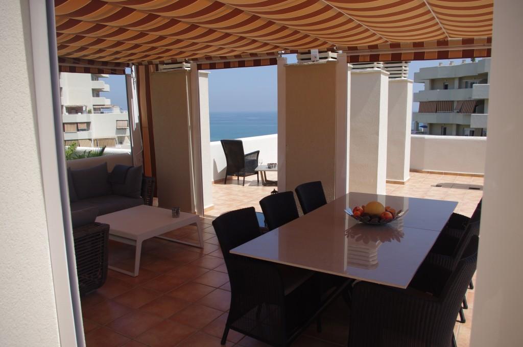 Overdækket spiseplads og loungesofa