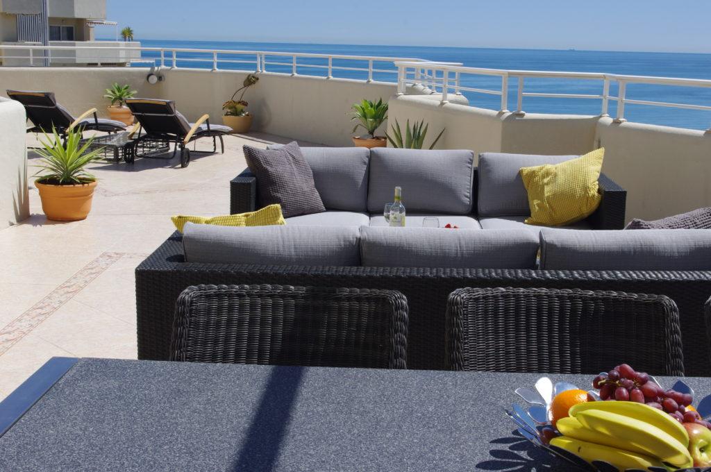 Loungesofa og solsenge med havudsigt
