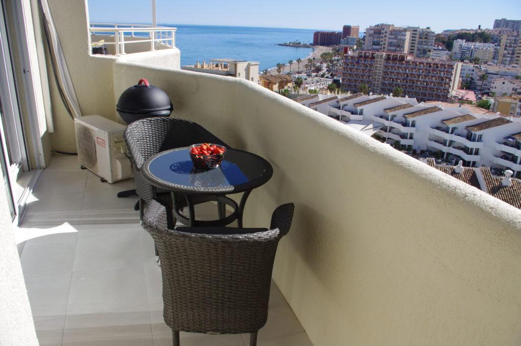 Lille terrasse med udsigt mod havet