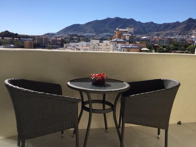 Lille terrasse med bjergudsigt og mulighed for en fantastisk solnedgang