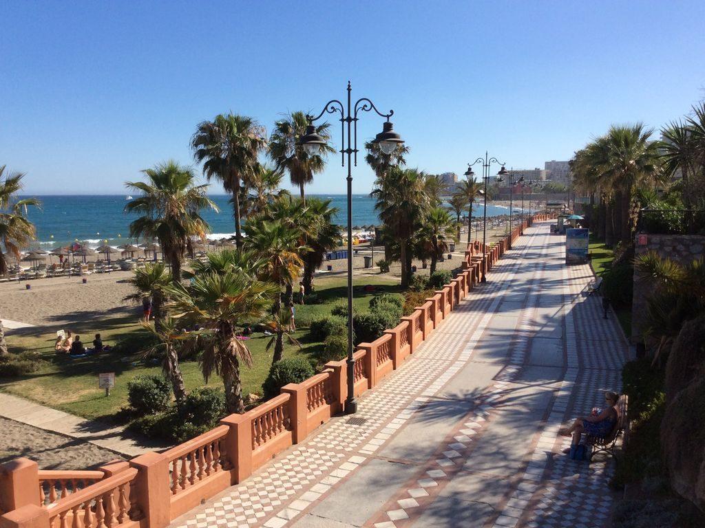 Strandpromenade som starter lige nedenfor lejligheden