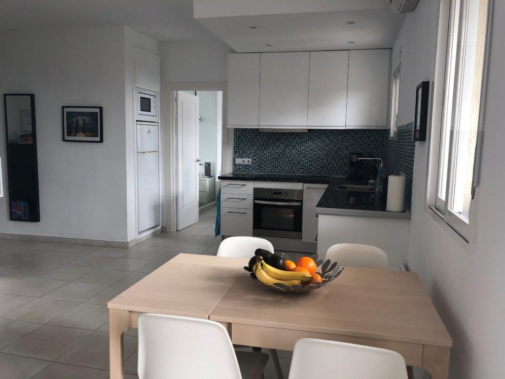 Køkken med spisebord